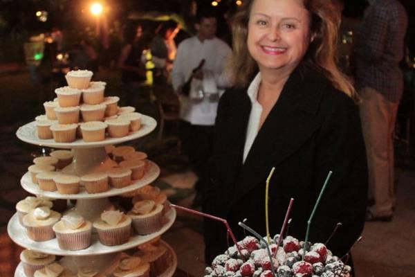 Márcia Pimentel com o naked cake de seu bufê (Lula Lopes/Esp. CB/D.A Press)