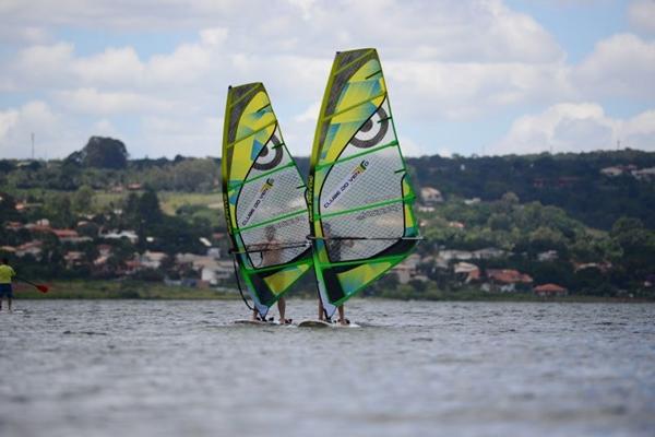 As condições climáticas da capital federal são propícias a velejadores de windsurf (Ed Alves/CB/D.A Press)
