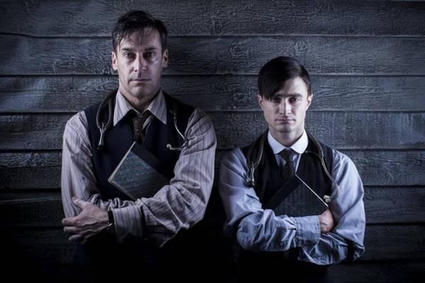 Poster de divulgação de A young doctor's notebook, com os atores Daniel Radcliffe e Jon Hamm (HBO/Divulgação)