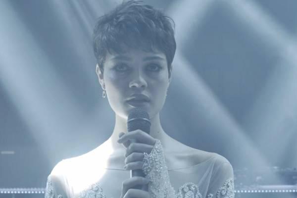 A atriz interpreta Duda em 'O Rebu' (Reprodução/Youutbe)