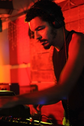 DJ Wash durante a festa Perde a Linha, no America Rock Club (Luis Xavier de França/Esp. CB/D.A Press)