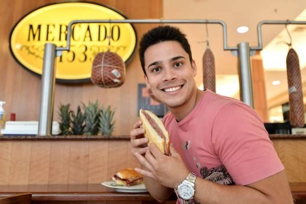 André Luiz Vasconcelos, proprietário da unidade de Taguatinga, prefere o sanduíche de mortadela tradicional  (Monique Renne/CB/D.A Press)