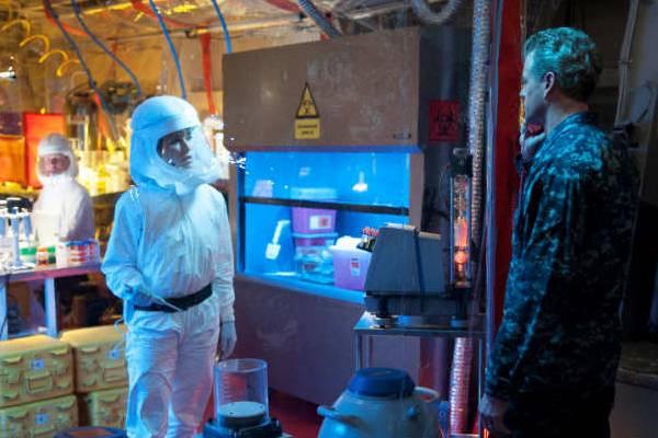Rhona Mitra e Eric Dane em cena de 'The last ship'. Ela é Dra Rachel Scott, microbiologista que tenta encontrar cura para o vírus.  (TNT/Divulgação)