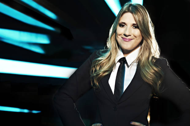 A mulher de Marcelo Adnet está na bancada do programa 'Custe o que Custar' (Band/Divulgação)