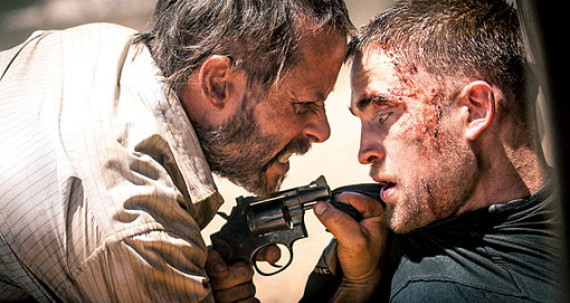 Guy Pearce (E) e Pattinson conduzem jornada em meio a um colapso (Vitrine Filmes/ Divulgação)
