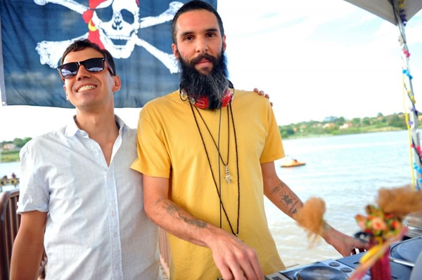 DJs The Miguelitos e Jaya durante uma das edições do evento Pic Nik, no Calçadão da Asa Norte ( Luis Xavier de França/Esp. CB/D.A Press)