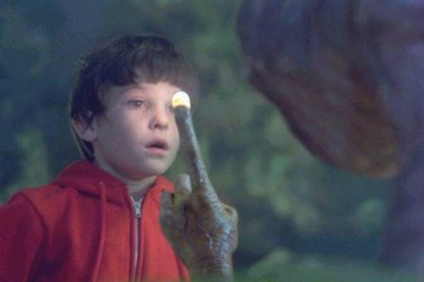 Herny Tomas no papel do pequeno Elliot, no clássico E.T, de 1982 (adorocinema/Divulgação)