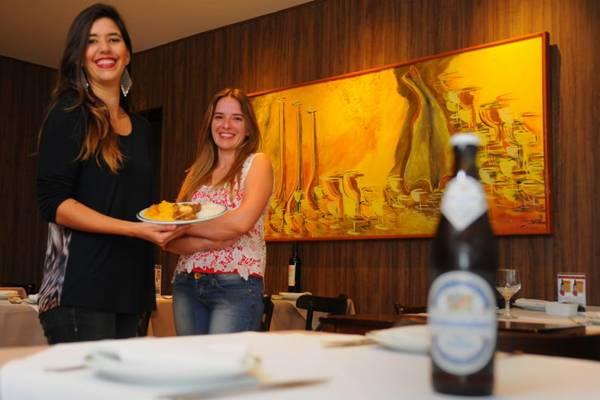 Cyntia Resende e Ana Paula Rezende com o tradicional picadinho do Fred, servido desde 1992  (Janine Moraes/CB/D.A Press)