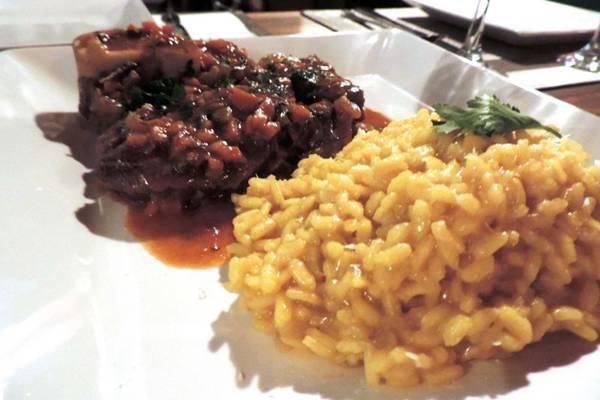 Ossobuco e risoto com açafrão: um dos destaques do cardápio