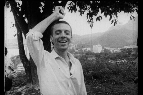 Hélio Oiticica com os parangolés: a riqueza de imagens estrutura o documentário (Guerrilha Filmes/Divulgação)