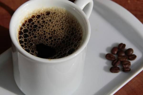 Pedro Lisboa, do Café Cristina, dá dicas para o preparo  a bebida (Ana Rayssa/Esp. CB/D.A Press)
