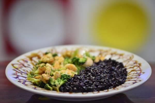 Risoto negro com camarões e brócolis ao molho teriaki  (Daniel Ferreira/CB/D.A Press)
