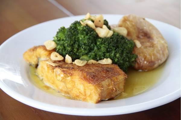 O bacalhau à lagareiro é feito de maneira tradicional  (Ana Rayssa/Esp. CB/D.A Press)