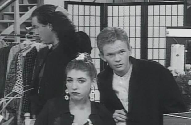 No início da carreira, Neil fez uma participação especial no episódio A Rockumentary em Blossom, em 1991. Na cena, o ator contracena ao lado de Mayim Bialik (Amy Farrah Fowler em The Big Bang Theory) e os dois se beijam (Reprodução/Youtube)