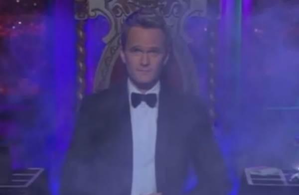Igual ao personagem Barney, Neil Patrick Harris também é mágico na vida real. Ele é membro do Conselho de Administração do Magic Castle de Hollywood e já venceu o Tannen's Magic Louis Award  (Reprodução/Youtube)