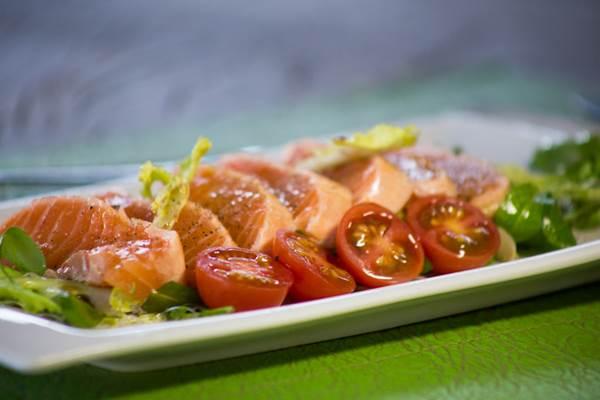 O tataki de salmão é um dos destaques do restaurante Oliver (Daniel Gomes/Divulgação)