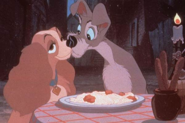 A Dama e o Vagabundo foi sucesso de vendas desde o lançamento de 'Branca de Neve e os Sete anões'. A história da cocker spaniel americano e do cachorro de rua excede na fofura e é considerado um dos filmes mais românticos (Walt Disney Productions/Divulgacao)