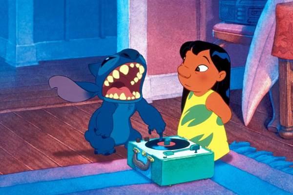 Quem não chorou com a frase da Lilo 'Ohana quer dizer família e família quer dizer nunca abandonar ou esquecer'? O desenho Lilo e Stitch foi lançado em 2002 e arrecadou US$145.8 milhões; virando umas das animações mais lucrativas da Disney desde 'O Rei Leão' (Disney Channel/Divulgação)