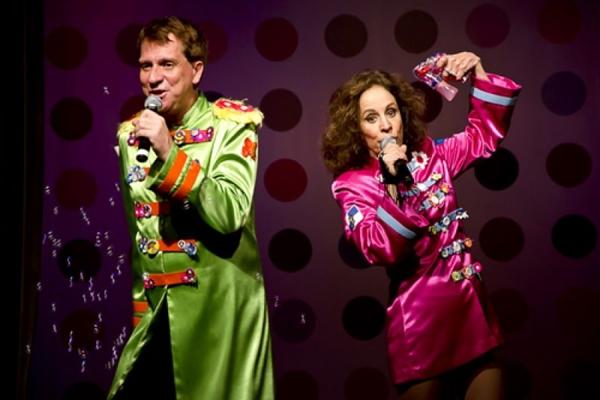 De Chico Buarque a Amy Winehouse, os atores passam por vários ícones da música durante a peça  (Teatrogt/Divulgação)