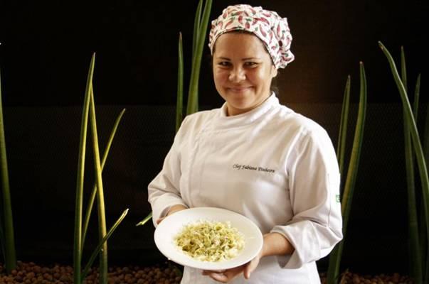 A chef Fabiana Pinheiro mostra o prato talharini siciliano, do restaurante Versão Tupiniquim (Viola Júnior/Esp. CB/D.A Press)