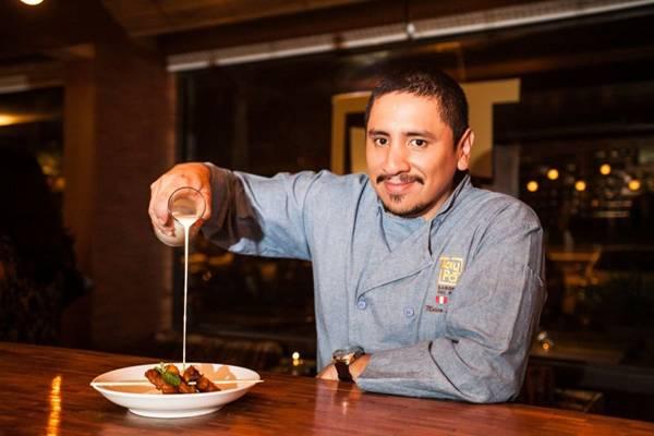 Chef Marco Espinoza, do Taypá, servindo uma sobremesa com café Ristretto Intenso.  (Nespresso/Divulgação)
