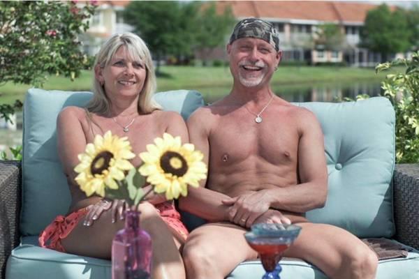 Participantes de Buying naked procuram um imóvel onde possam circular pelados  (TLC/Divulgação)