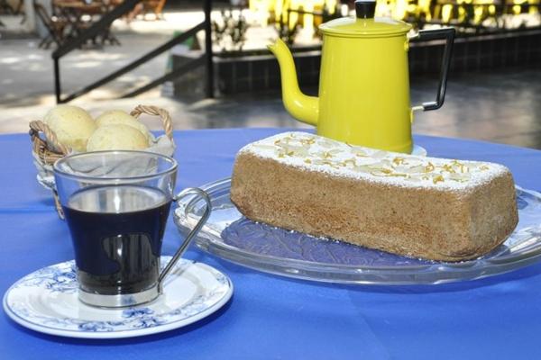 O brasileirinho combina café coado com bolo e pão de queijo  (André Violatti/Esp. CB/D.A Press)