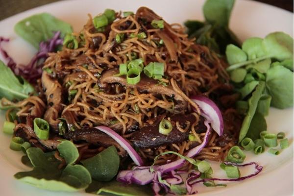 A salada de bifum e shitake figura entre os itens frios do bufê do restaurante A Tribo (Ana Rayssa/Esp. CB/D.A Press)