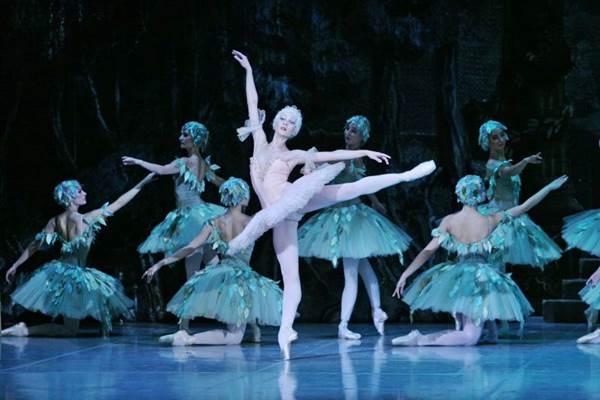 Além da coreografia, cenários e figurinos chamam a atenção em montagem dirigida por premiado russo (M.Logvinov/Divulgação)