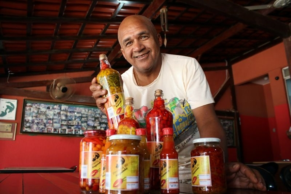 Neguinho prepara duas receitas de molho à base de pimenta em seu bar (Oswaldo Reis/Esp. CB/D.A Press)