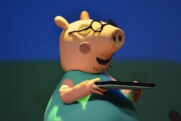 No palco, Peppa Pig canta e dança ao som de canções do folclore brasileiro ( Deca Produções?Divulgação)