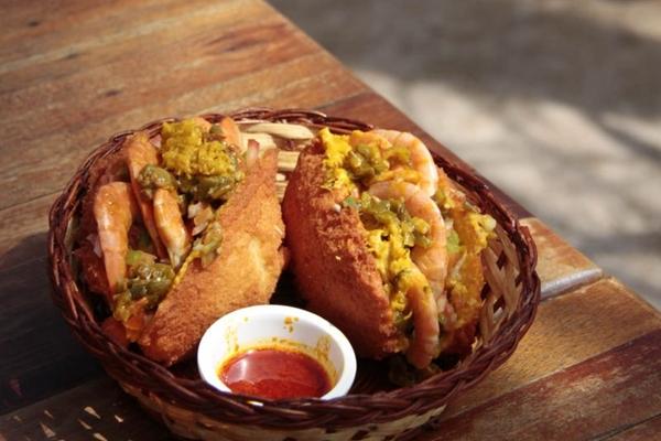 Quitute baiano, o acarajé do Birimbau Brasil é frito no azeite de dendê  (Ana Rayssa/Esp. CB/D.A Press)