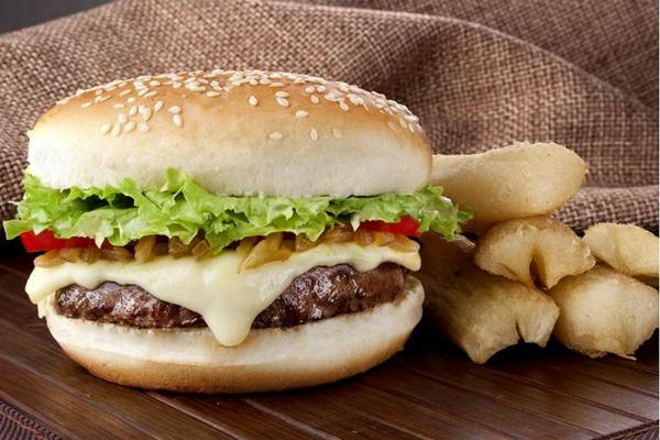 Novidade no Brasil Vexado, o xbixim é preparado com hambúrguer de carne de sol  (Andreia Marlire/ Divulgação)