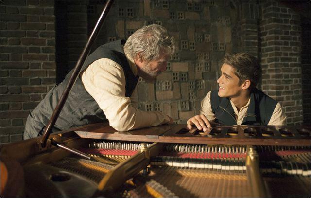 Jonas aprende com o doador de memórias o que é música (StudioCanalDeutschland/Reprodução)