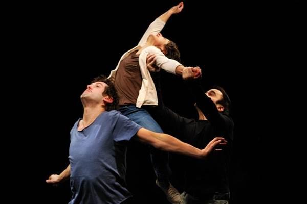 O trabalho corporal chama a atenção no espetáculo da Companhia do Chapitô (Filipe Dâmaso e Simão Anahory/Divulgação)