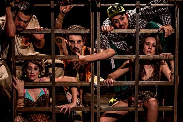 Cena do espetáculo teatral Mundaréu, composto por dois textos de Plínio Marcos e interpretado pela cia. Dois Tempos (Desvio Produções/Divulgação)