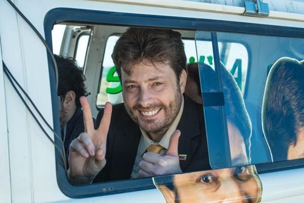 Na série, o deputado federal Atílio Pereira escapa de escândalo e ganha fama de honesto (FX/Divulgação)