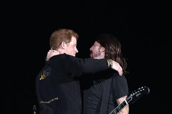 Príncipe Harry e o Dave Grohl, vocalista da banda  (Toby Melville/Reuters)