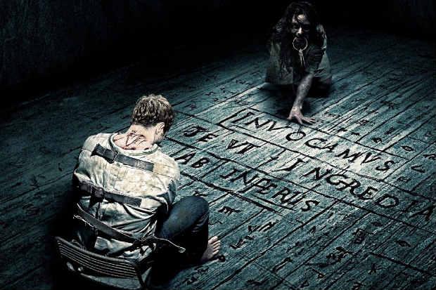 Eric Bana estrela Livrai-nos do mal, filme que aposta em possessões demoníacas (Sony/Divulgação)