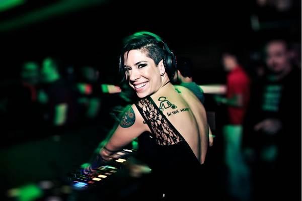 A DJ Vivi Seixas é uma das trações da festa (Alle Manzano/Divulgação)