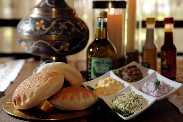 No Marzuk, itens como conserva de berinjela e diversas pastas são degustados com pão sírio  (Bruno Peres/CB/D.A Press)