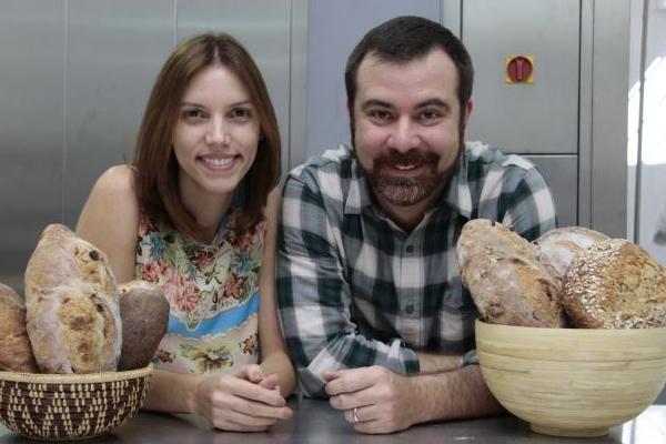 O casal Raquel e Dilsom está à frente do serviço de entregas de pães artesanais  (Ana Rayssa/Esp. CB/D.A Press)