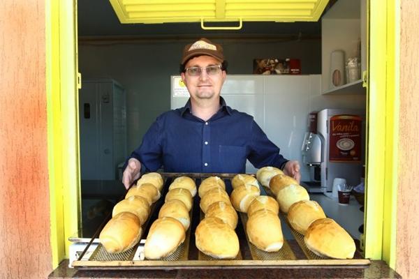 Quem passa de carro faz o pedido de pães, biscoitos e bolos  (Oswaldo Reis/Esp. CB/D.A Press)