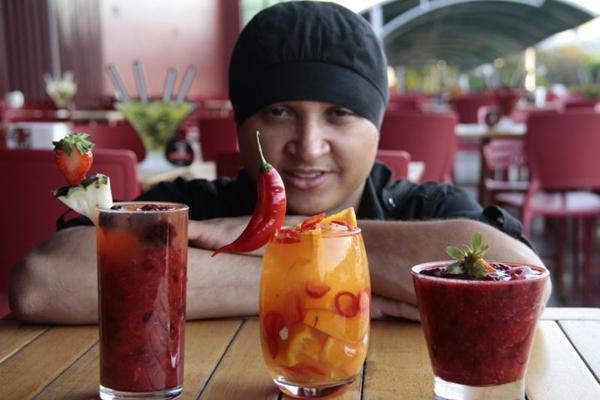 Carlos Joel elabora caipiroscas com duas ou mais frutas no Primeiro Cozinha de Bar  (Ana Rayssa/Esp. CB/D.A Press)
