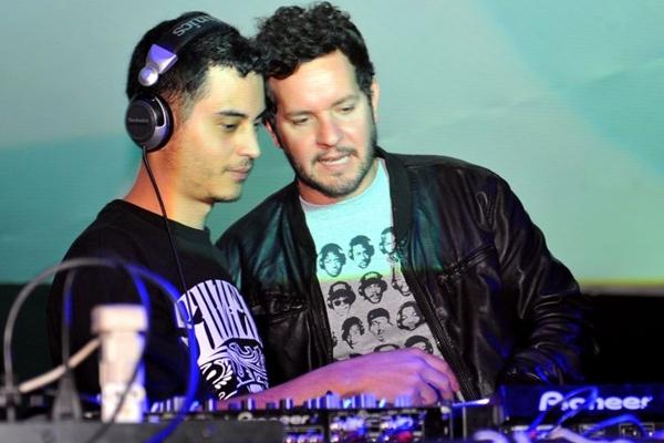 Os DJs Hugo Drop e Chicco Aquino durante a festa Mistura Fina, na Asbac (Luis Xavier de França/Esp. CB/D.A Press)
