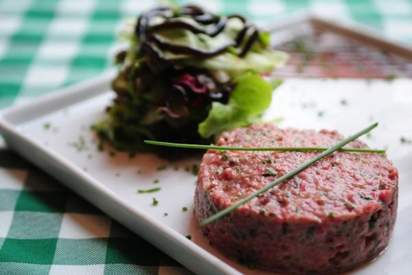 O clássico steak tartare é servido como entrada ou prato principal no Toujours Bistrot  (Bruno Peres/CB/D.A Press)