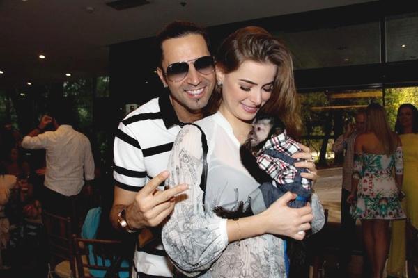 Latino e a esposa Rayanne com o 'filho' Twelves que tem roupas de grife e come a cada três horas (site ego/reprodução)