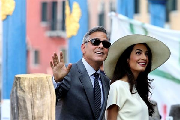 George Clooney e sua esposa Amal Alamuddin almoçaram neste domingo em Veneza com familiares e amigos, um dia após seu casamento, que continuará na segunda-feira com uma cerimônia civil (Andreas Solaro/AFP)