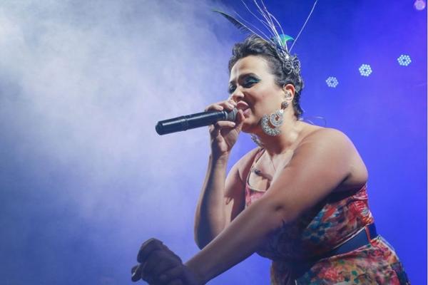 Cantora Adriana Samartini no evento Santa Feijuca (Paulo Cavera/Divulgação)