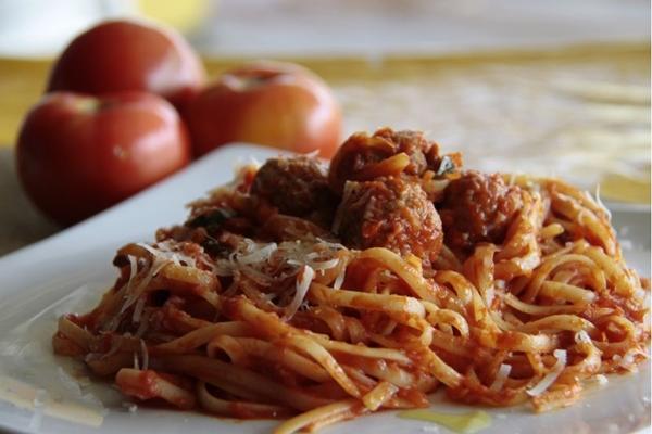 O espaguete ao sugo com almôndegas é preparado com ingredientes italianos no Il Basilico  (Ana Rayssa/Esp. CB/D.A Press)